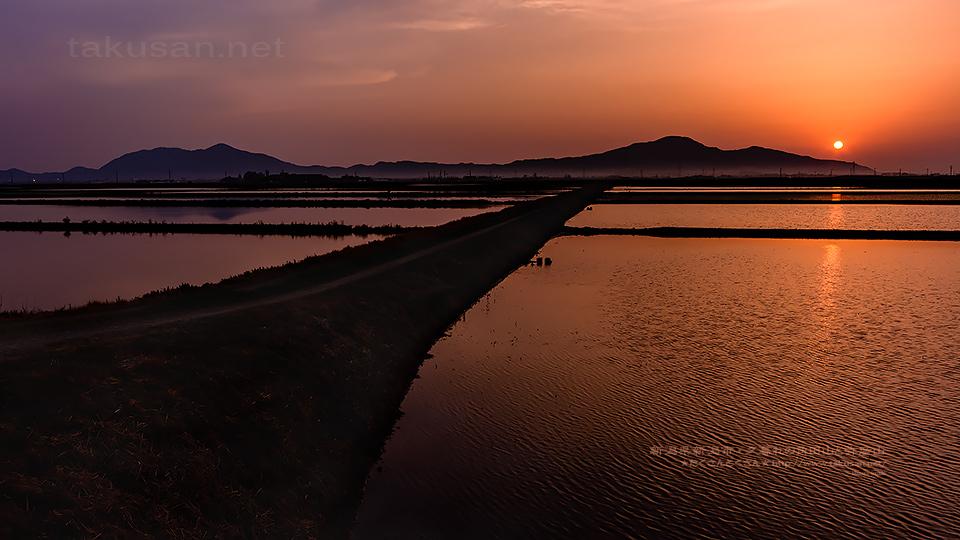夕暮れの角田山と弥彦山